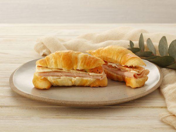 CROISSANT c/ peito de peru, queijo branco e tomate